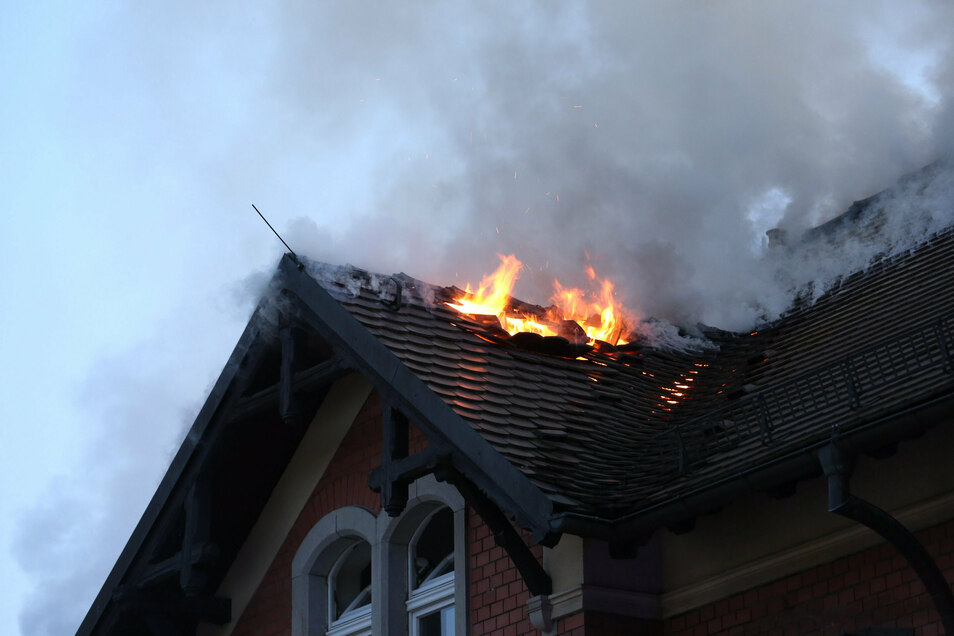 Auf der Zinzendorfstraße waren am Mittwochabend eine Wohnung der der Dachstuhl in Brand geraten.