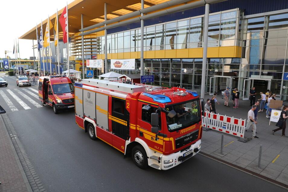 Mit mehreren Fahrzeugen rückte die Feuerwehr zur Dresdner Ikea-Filiale aus.