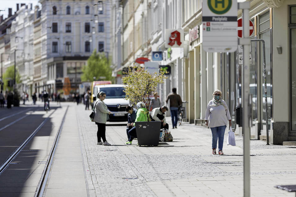 Mit Mundschutz und Abstand: Auf der Berliner Straße in Görlitz kann wieder geshoppt werden.