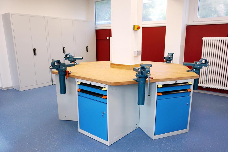 Werkbänke einer Bildungseinrichtung, die von HOLDER gebaut wurden.