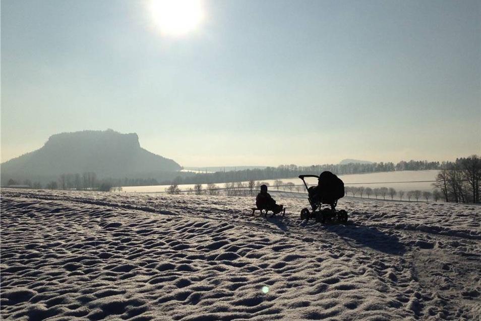 Familienausflug mit Schlitten und Kinderwagen. Susann Göhler aus Weißig bei Struppen wählte für ihr Bild den Lilienstein als Kulisse.