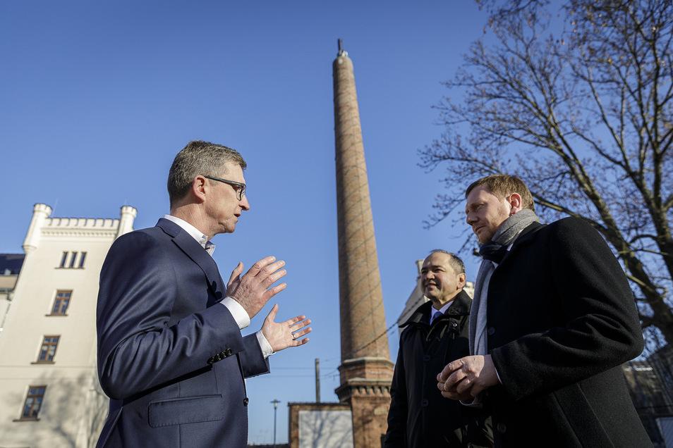 Gerd von der Osten (li.) freute sich mit OB  Octavian Ursu und Sachsens Regierungschef Michael Kretschmer über die geschlossenen Lücken im Vodafone-Netz. Im Hintergrund eine der Stationen des Unternehmens in Görlitz.