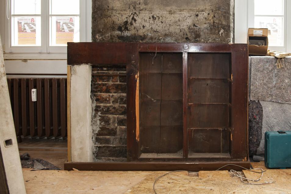 Da staunten die Möbelbauer nicht schlecht: Hinter den typisch braunen Verkleidungen, die abgebaut wurden, kam noch ein weiterer Apothekenschrank zum Vorschein.