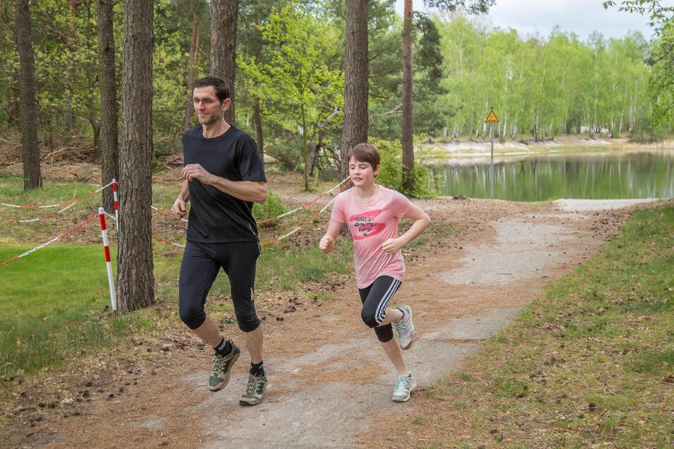 Torsten Händler und Tochter Tamina sind beide Mitglied im LSV Niesky. Da das Training im Verein ruht, sind die beiden Nieskyer selbst aktiv und laufen zwei- bis dreimal die Woche ihre Runden, wie hier an den Kiesgruben.