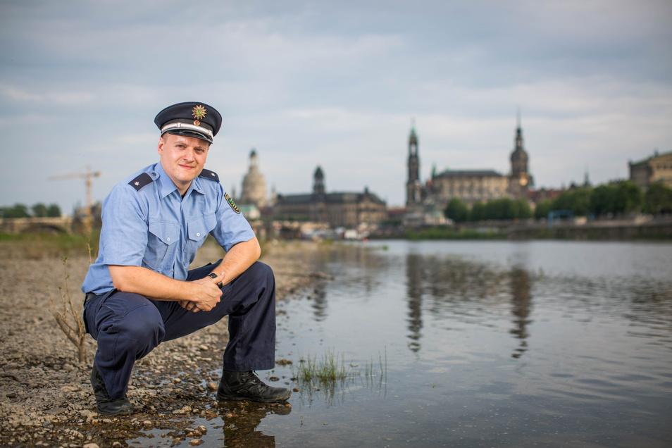 Ein beherzter Kommissar hat in der Nacht zwei betrunkene Jugendliche aus der Elbe gerettet.