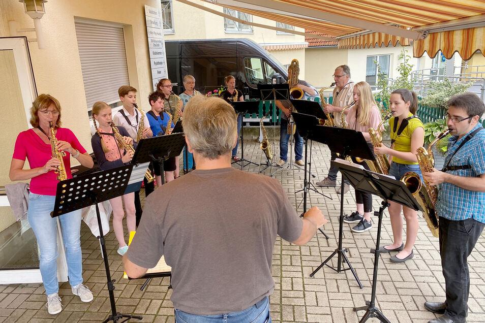 Das Sächsisches Saxophonorchester bei seinem Auftritt am Sonntag im DRK-Wohnpflegeheim in Zittau.
