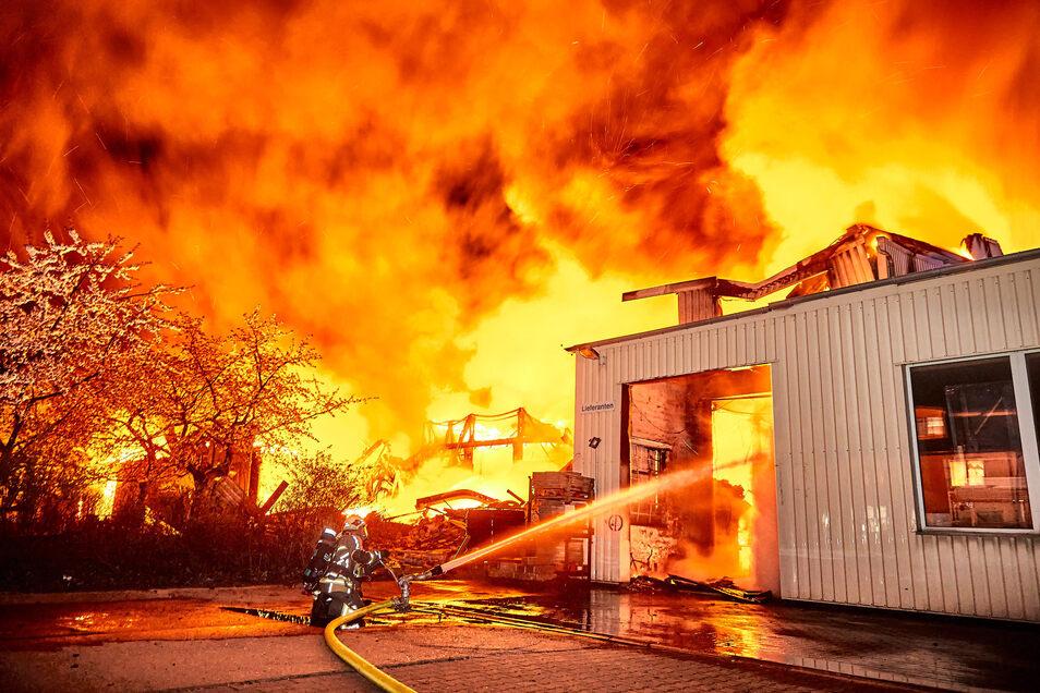 Die Flammen vernichteten im April die Existenz mehrerer Firmen in Heidenau und richteten einen Millionenschaden an.