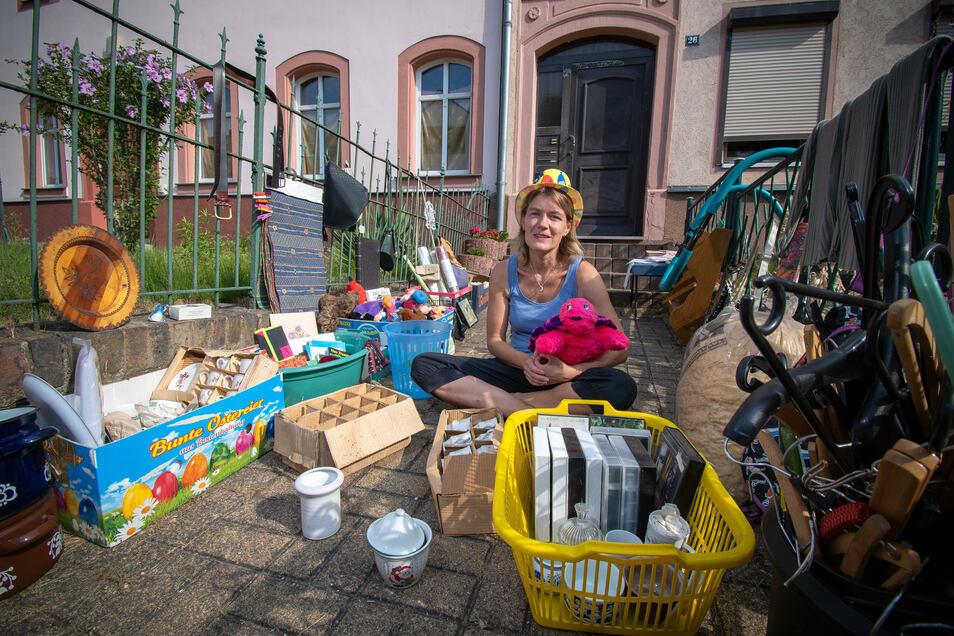 Corinna Merkel hilft ihrer Mutter bei der Auflösung des Haushaltes und hat einen Flohmarkt organisiert.