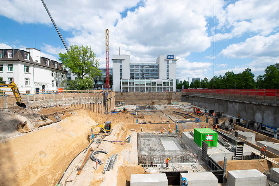 Ein Blick in die Baugrube hinter dem City-Center am Hauptbahnhof. Die ersten Abschnitte der Bodenplatte sind schon fertiggestellt.