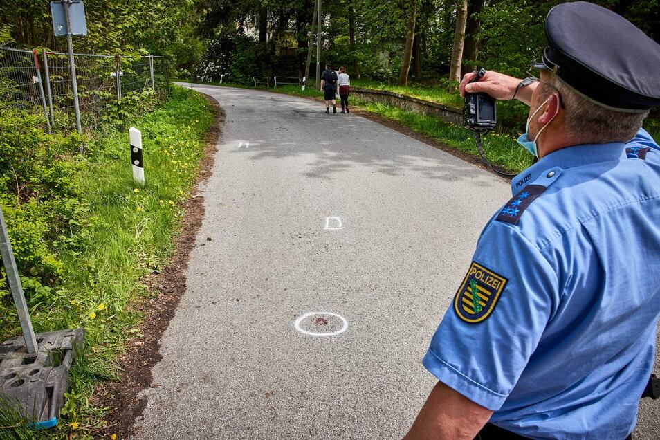 Polizisten fertigen Fotos, sicherten Spuren und maßen die Unfallstelle aus.
