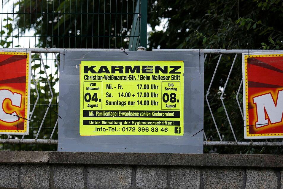 """Ausgerechnet im Namen des Gastspielortes unterlief den Zirkusleuten ein Fehler: Auf Plakaten kündigen sie ihre Vorstellungen in """"Karmenz"""" an."""