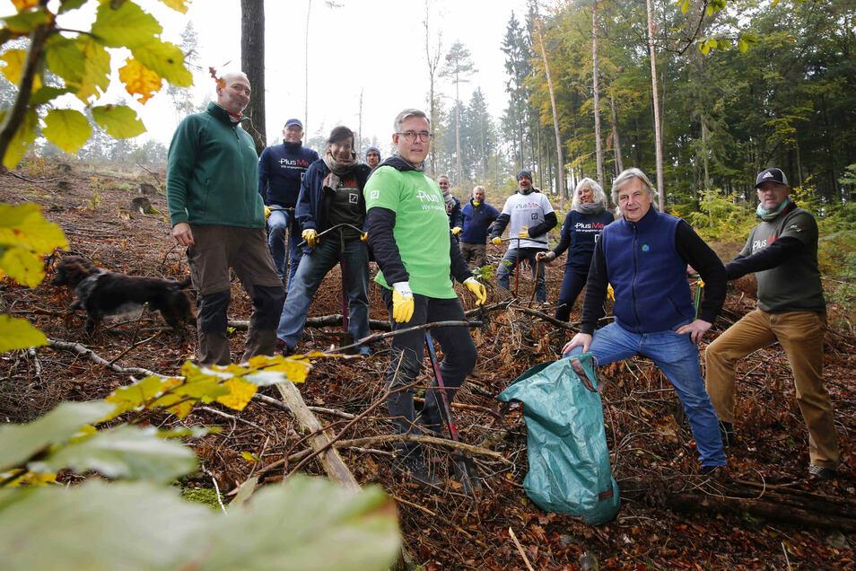 Mitarbeiter aus ostsächsischen Filialen der Deutschen Bank waren jetzt bei einer Baumpflanzaktion in der Nähe von Kamenz im Einsatz.