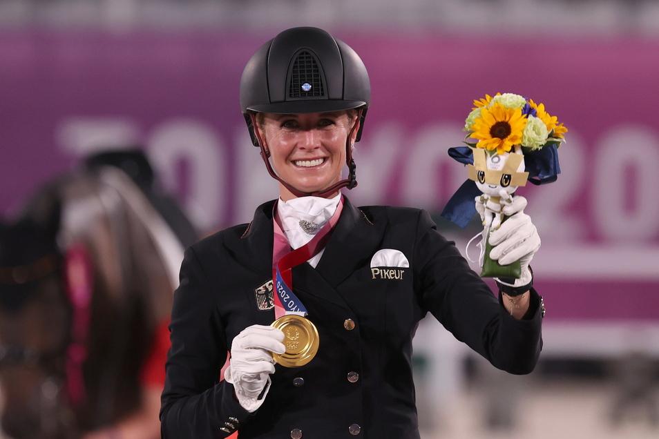 Jessica von Bredow-Werndl jubelt über Gold. Der Olympiasieg, sagt sie, kommt völlig unerwartet.