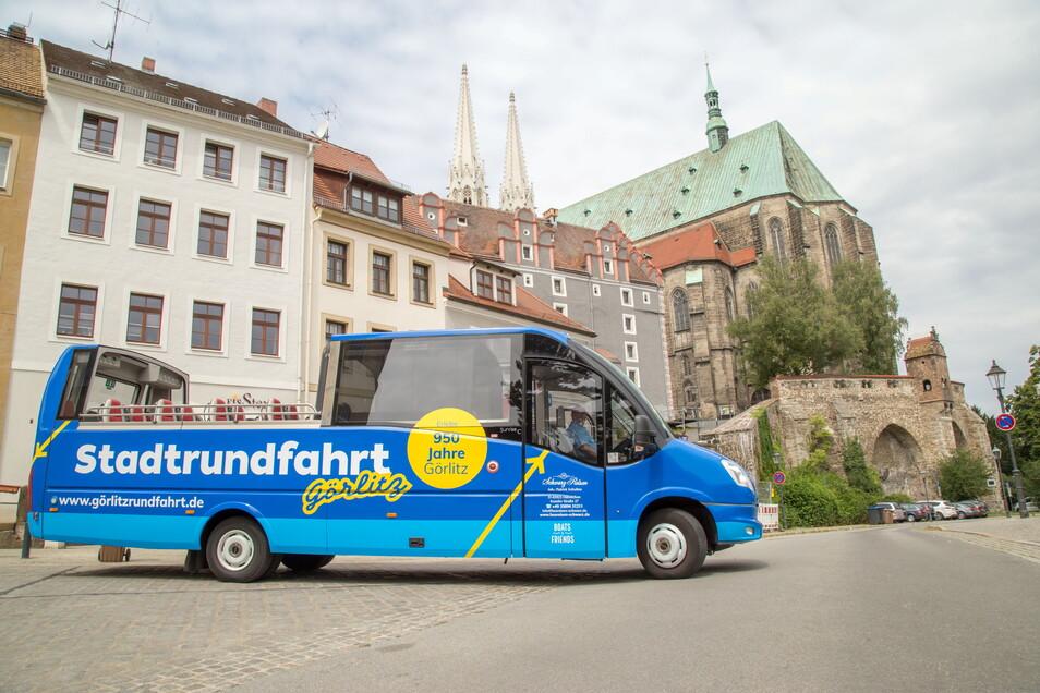 In Görlitz bieten verschiedene Unternehmen Stadtrundfahrten mit dem Bus an. Einige kämpfen um die besten Standplätze am Obermarkt.