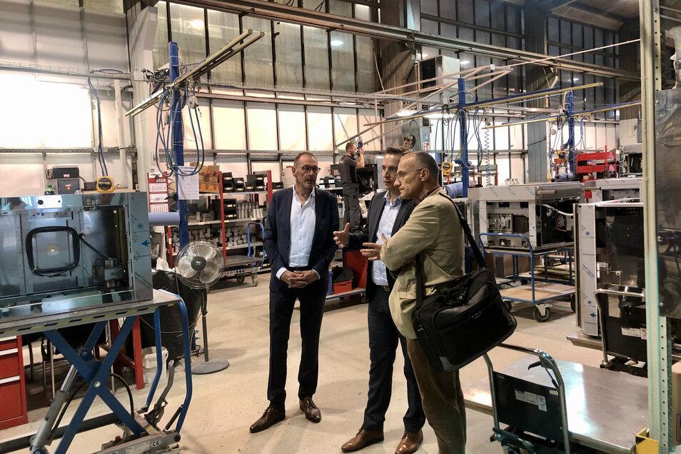 Die Übergabe einer Backstation an Klaus-Dieter John (r.) verbanden die Debag-Geschäftsführer Oliver Theiß (M.) und Johannes Wilhelm (l.) mit einer Führung durch die Produktionshallen am Standort Bautzen.