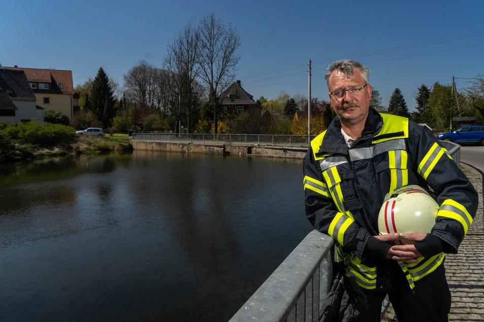Der Dorfteich an der Talstraße in Crostau macht Wehrleiter Silvio Mai Sorgen. Wie viele andere Löschwasserentnahmestellen führt diese nur wenig Wasser und ist dringend sanierungsbedürftig.