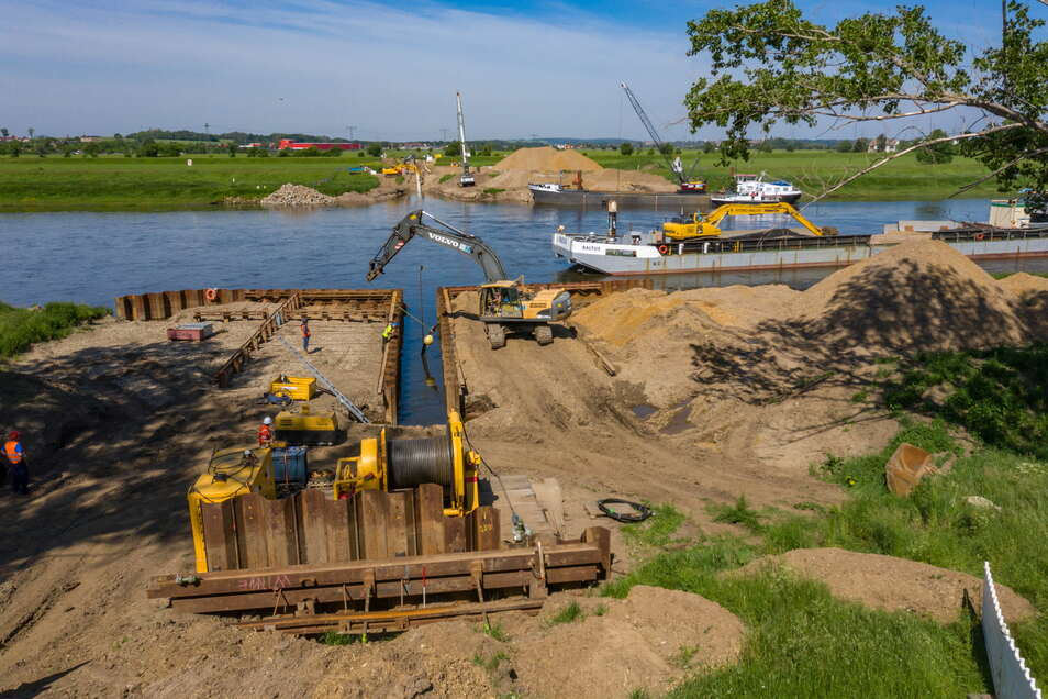 Ein millionenschweres Projekt: Eine 80-Tonnen-Winde zieht bei Riesa eine Erdgasleitung durch die Elbe.