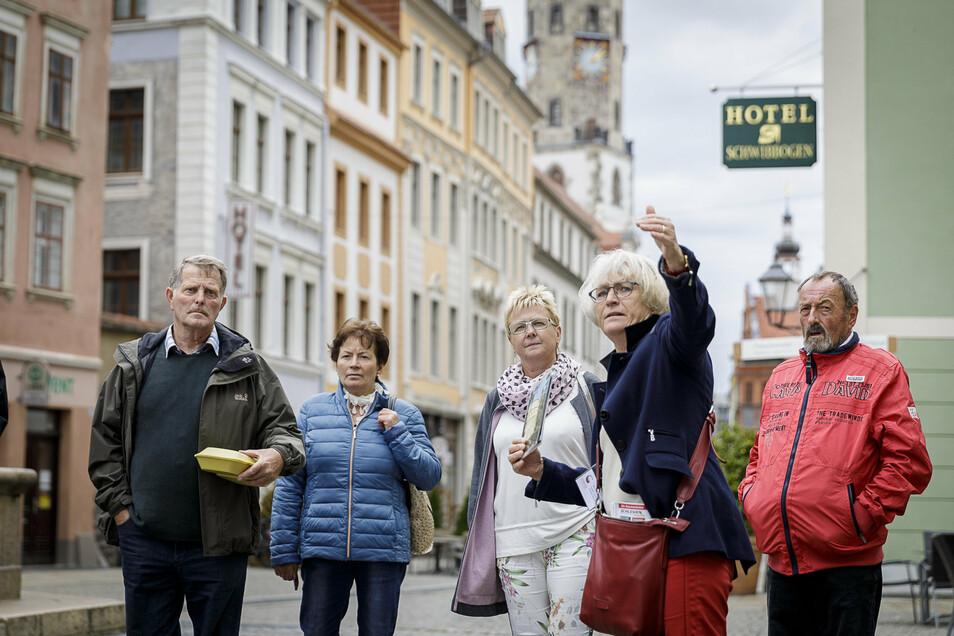 Hier führt Monika Knechtel eine Gruppe Touristen durch die Görlitzer Altstadt.