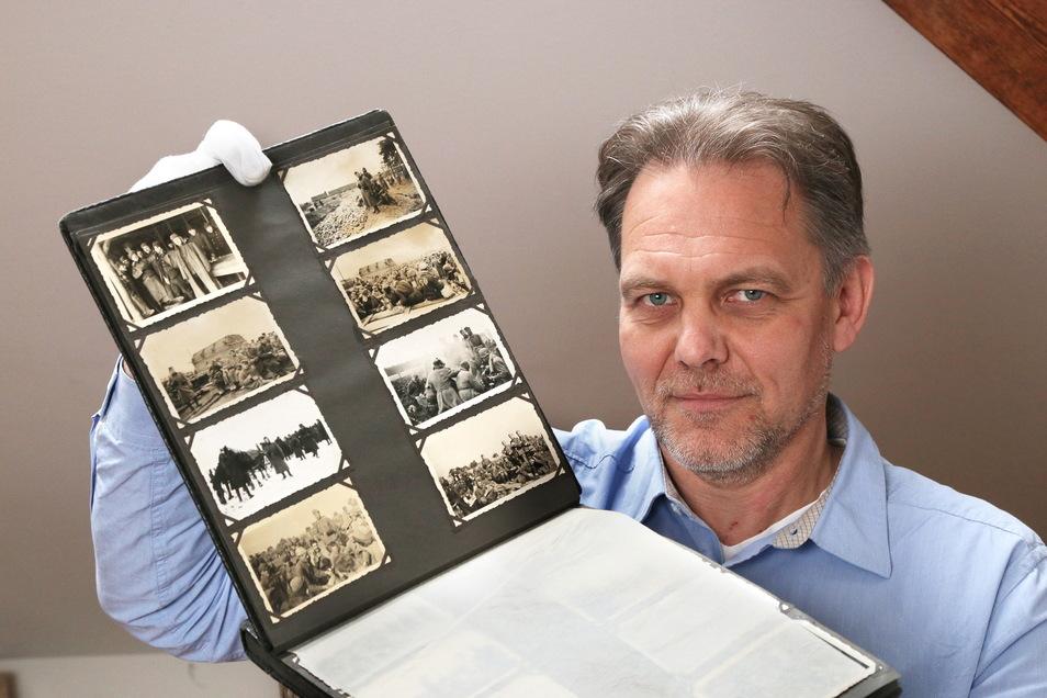 Der Zeithainer Gedenkstätten-Leiter Jens Nagel zeigt ein Album mit Fotos aus dem hiesigen Kriegsgefangenenlager.