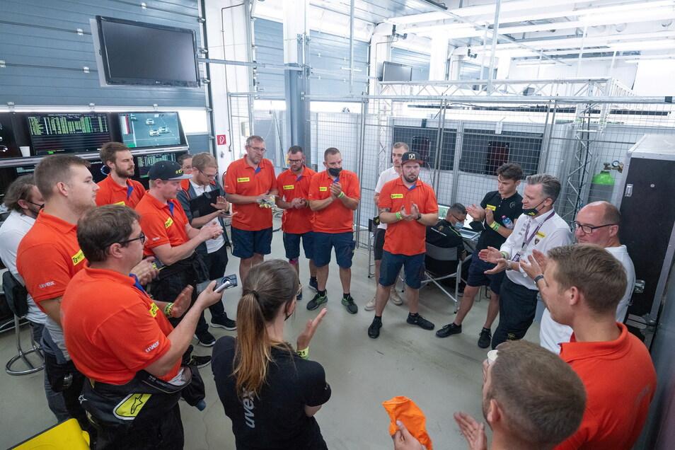 Vor dem Start werden bei der Teambesprechung mit den Mechanikern letzte Details geklärt – zum Beispiel, wann die Boxenstopps geplant sind. Ein festes Ritual gibt es bei T3 nicht – außer Applaus am Ende.