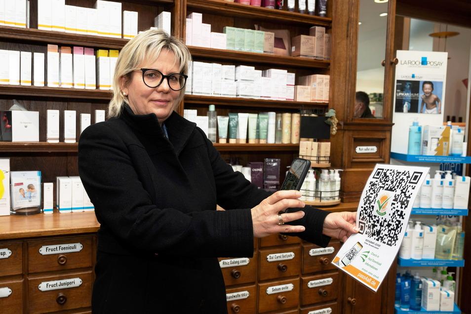 """Kultur- und Tourismusministerin Barbara Klepsch lässt sich erklären, wie die App über den QR-Code, der etwa am Restaurant gescannt wird, funktioniert. Die App verbindet Kontaktübermittlung und Schnelltests: """"Ein wichtiger Baustein in einer Öffnungsstrateg"""