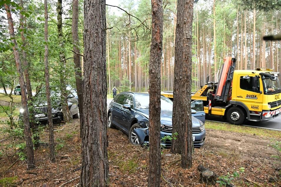 Ein in Dresden gestohlener Audi Q5 und ein Zivilfahrzeug der Polizei krachten kurz vor der polnischen Grenze im Bereich Krauschwitz am Straßenrand gegen Bäume. Der Autoschieber wurde an Ort und Stelle festgenommen.