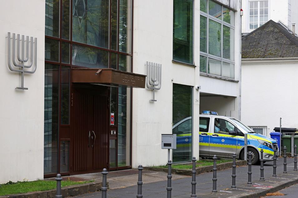 Ein Polizeifahrzeug steht vor der Synagoge in Bonn. Eine Scheibe über der Tür weist Sprünge auf. Junge Araber zündeten hier am Dienstagabend eine israelische Flaggen an.