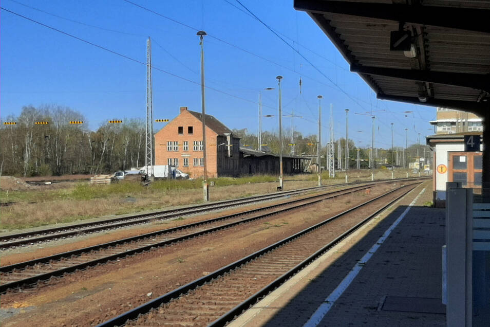 Von der Bahnsteigkante aus hat man einen guten Blick auf die frühere Güterabfertigung. Seit 1994 steht sie ungenutzt auf dem Bahnhofsgelände.