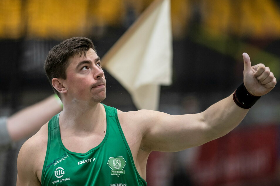 Daumen hoch: David Storl stößt in Dortmund die Kugel am weitesten - und bereitet sich jetzt auf Olympia vor.