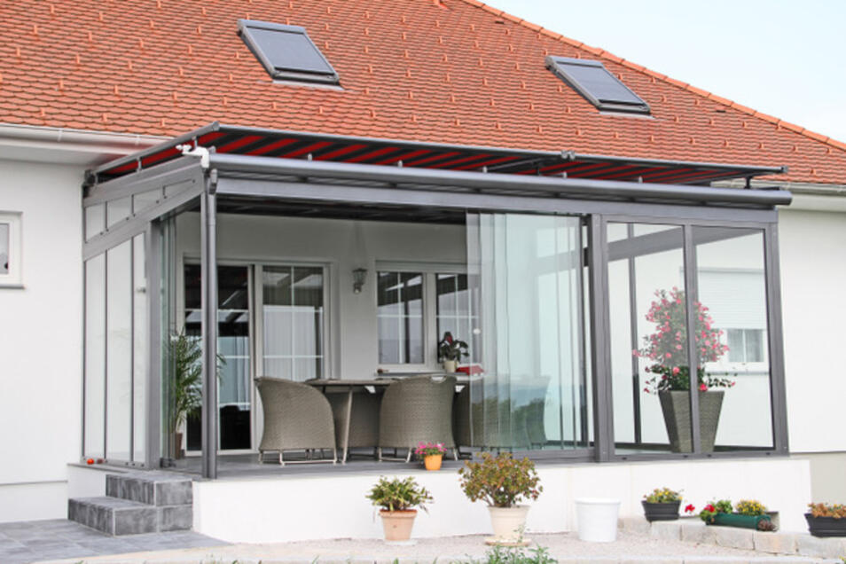 Das Terrassendach mit roter Pergolamarkise lässt sich entspannt handhaben. Foto: PR