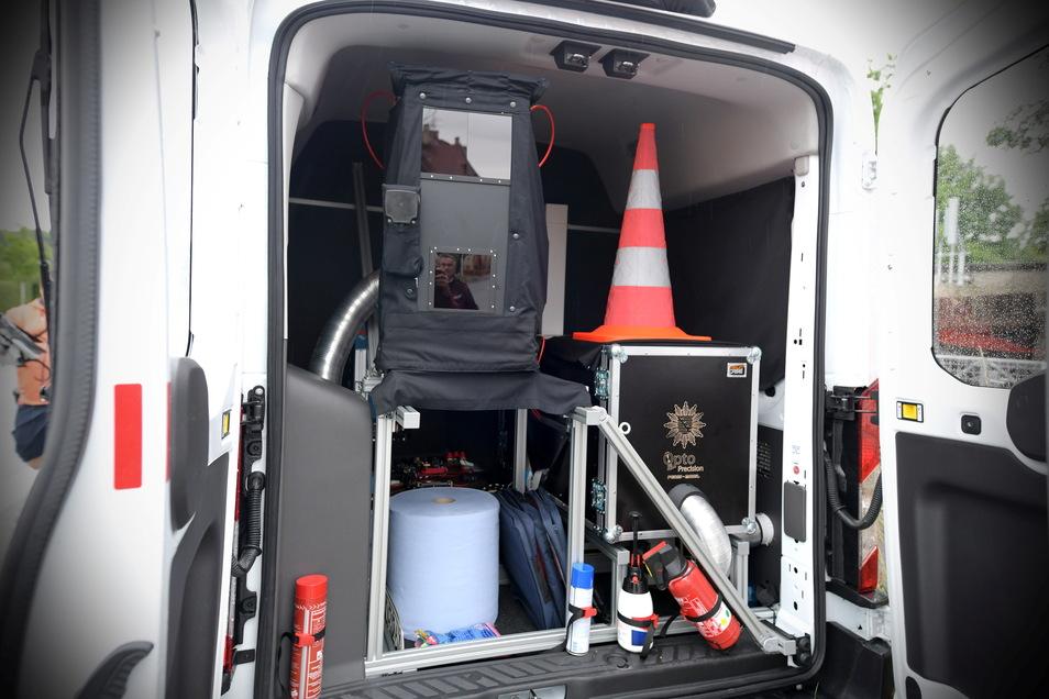"""Das neue mobile Personenidentifizierungssystems """"Peris"""" der Polizeidirektion Görlitz im Fahndungseinsatz. In einen Kleintransporter ist die Technik eingebaut."""