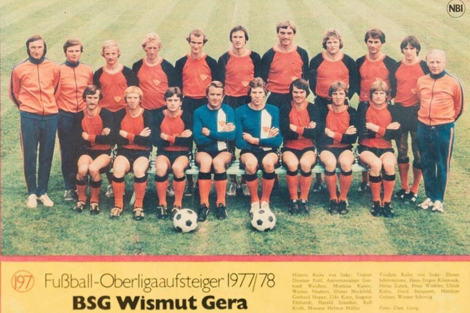 Der Stolz von Geras Wismut. Die Fotos mit den Oberliga-Kickern von 1966 und 1977 hängen im Kabinengang des Stadions.