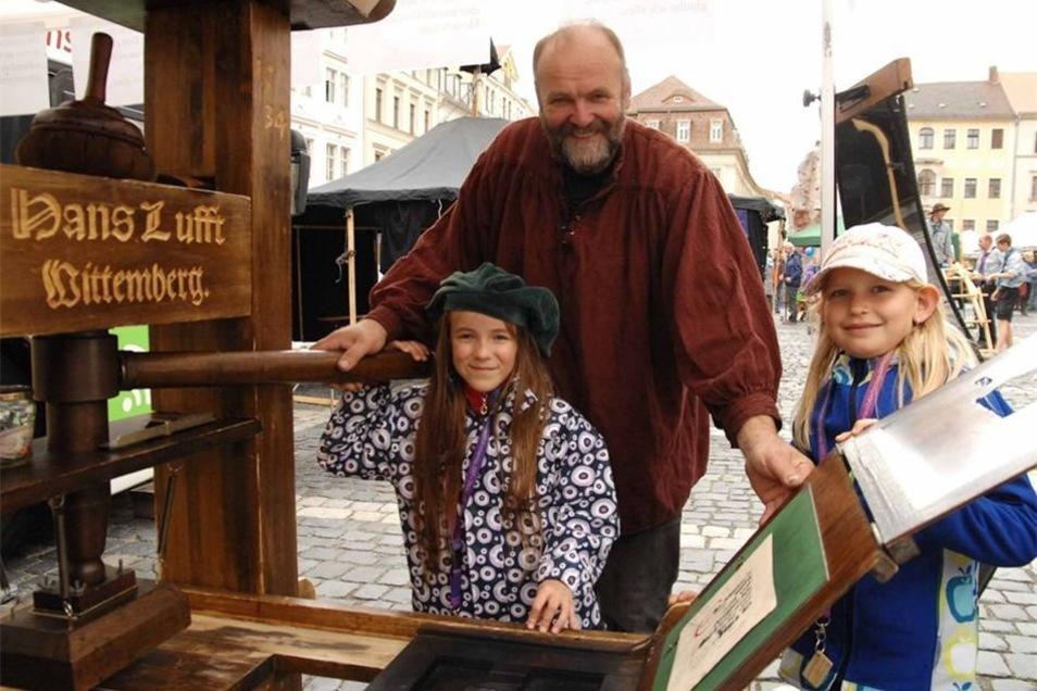 2017 ist bekanntlich das Reformationsjahr, da durfte auch die Gutenbergdruckpresse nicht fehlen. Hier konnten unter Anleitung des Görlitzers Stephan Naumann hier Monika (links) und Helena Bibeltexte setzen und drucken. Das Motto das Kirchentages war aber ein anderes...