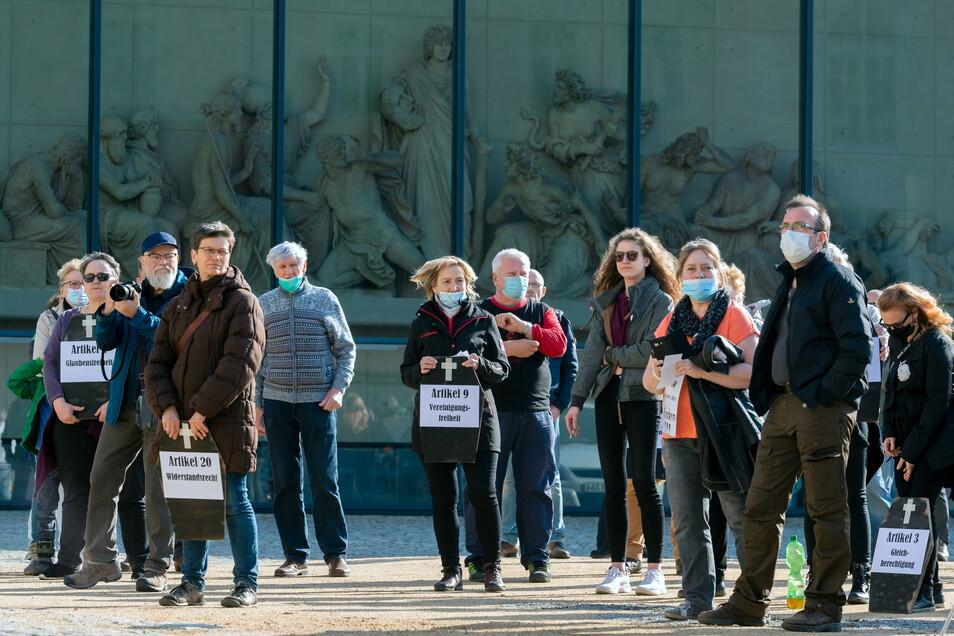 Rund 100 Leute trafen sich am Mittwoch in Bautzen zum Corona-Protest auf der Ortenburg. Sie trugen symbolisch die Grundrechte zu Grabe.