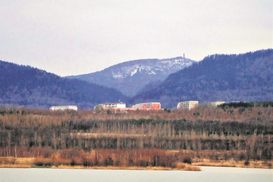 Auch im Winter hat der See seine Reize. Hier ein Blick über die Grundbachsiedlung zum Hochwald. Deutlich sind am Ufer die Spuren des Tagebaus zu erkennen.