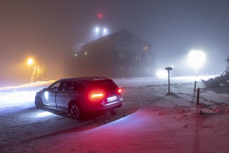 Schnee liegt auf dem Fichtelberg im Erzgebirge.