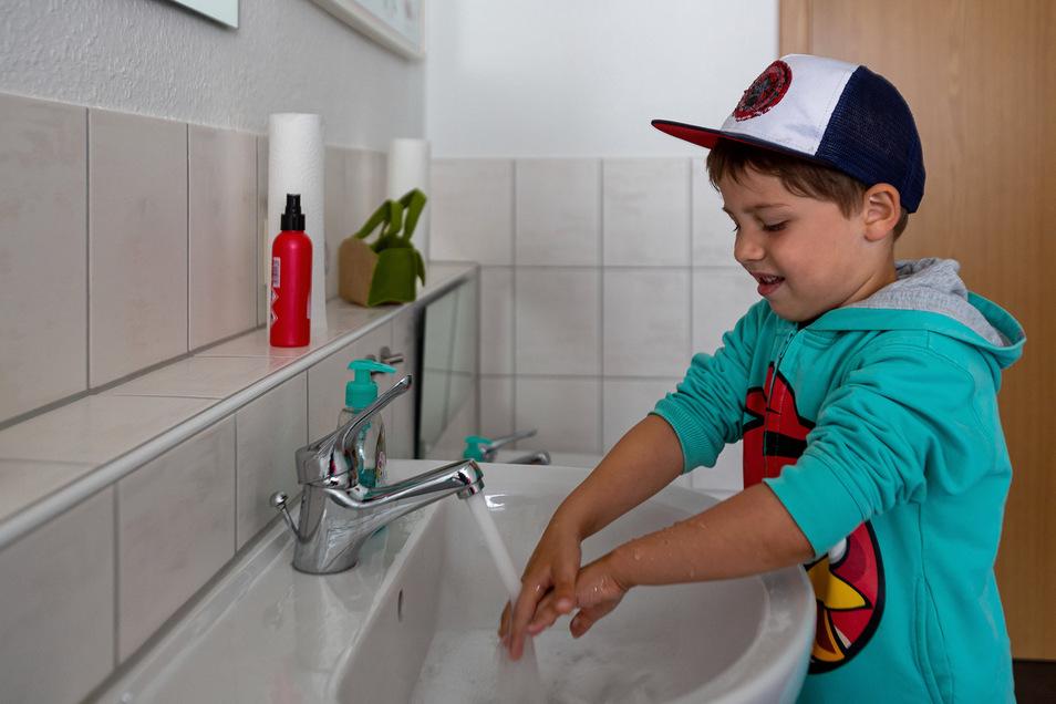 Benjamin weiß genau, wie man sich richtig die Hände wäscht. Auch Desinfektionsmittel stand den Flohmarktbesuchern zur Verfügung.