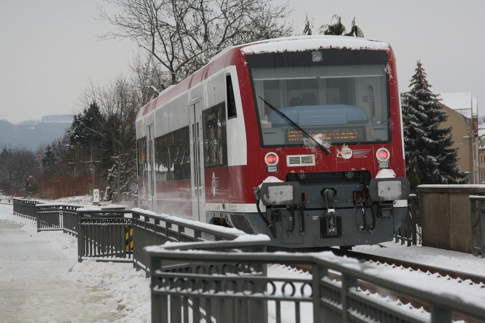 Regionalbahn auf der Stadtbrücke in Pirna: Übernachtungsgäste können den öffentlichen Nahverkehr weitgehend kostenlos nutzen.