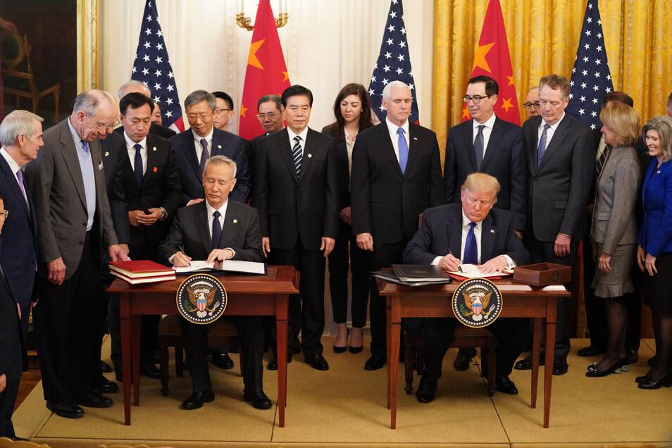 Donald Trump (5.v.r.), Präsident der USA, und Liu He, Vizepremier von China (5.v.l.), unterzeichnen im East Room des Weißen Hauses das Handelsabkommen.