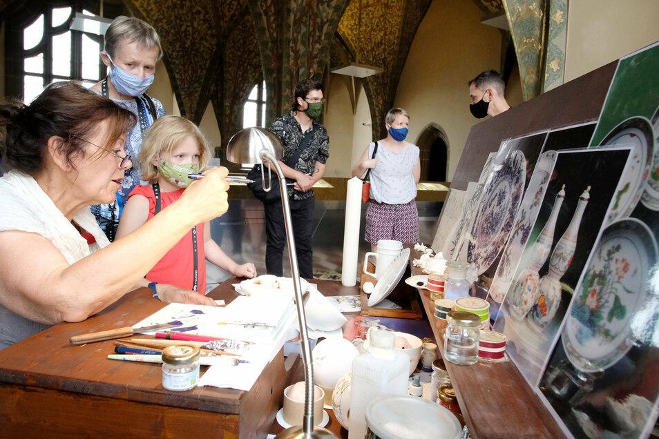 Kinder sind nicht nur von den Tablets angezogen. Auch die Porzellanmalerei begeistert die Tochter von Diana Düning.