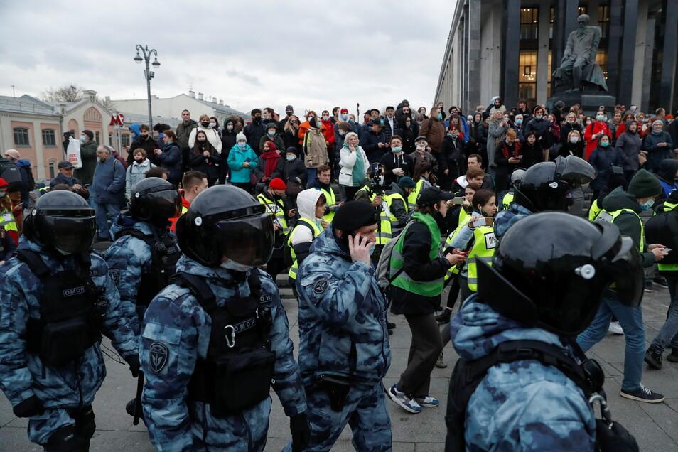 Polizisten umstellen Demonstranten in Moskau.