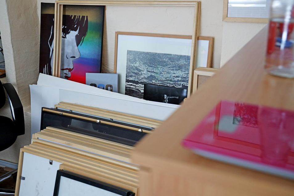 In Carola Richters Büro liegen noch einige Werke der Sommerakademie 2020.