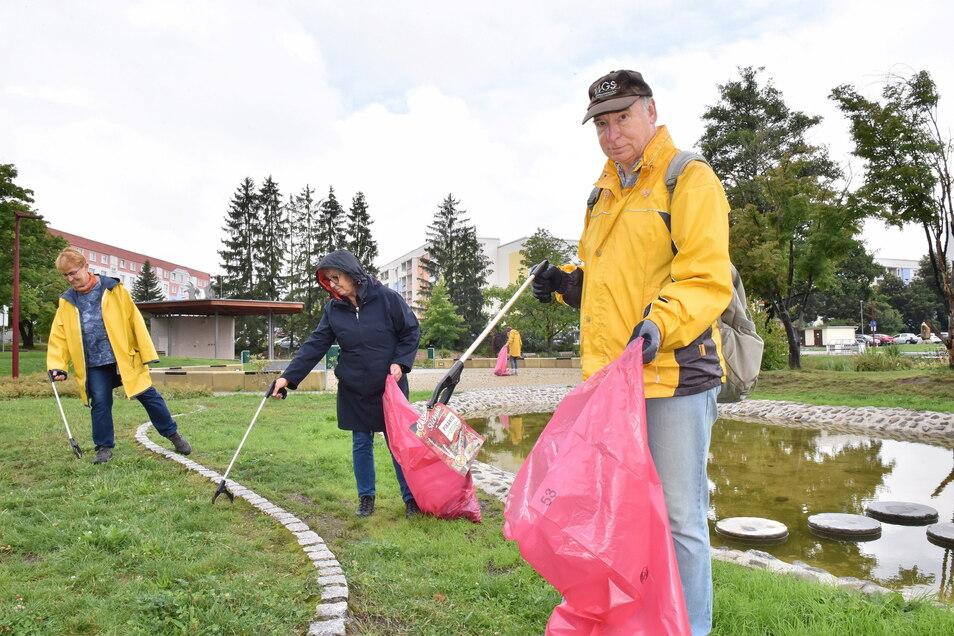 Stadtputz im Mehrgenerationenpark von Freital-Zauckerode: Ulrich Vogel (vorn), Ina Bruß und Silke Schmidt (links) sammeln Müll.