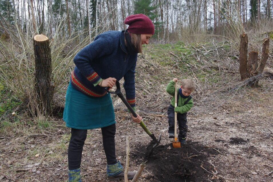 """Gemeinsame Sache: Die Mitglieder vom Verein """"Kraut & Rüben"""" planen einen Dorf-Waldgarten - dabei helfen alle mit."""