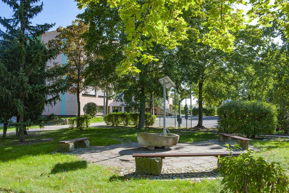 Das Außengelände der Oberschule ist schon jetzt grün und schattig. Doch u.a. die Sitzmöglichkeiten sind nicht optimal.