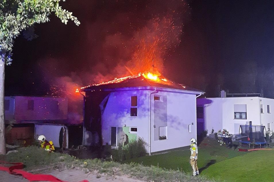 Das Dach eines Hauses in Dresden-Nickern stand in Flammen.