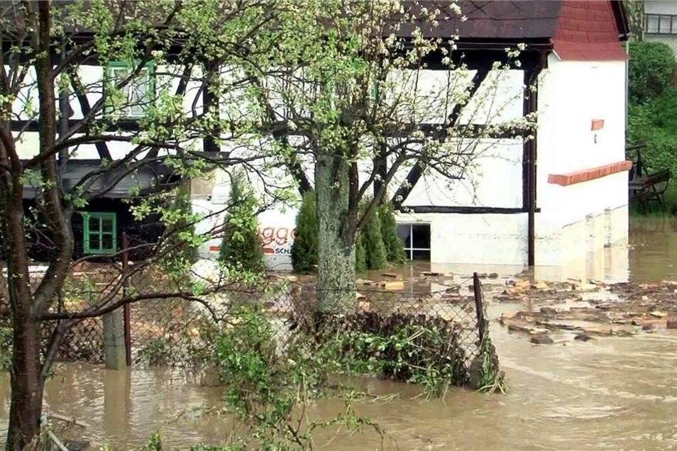 ... eine Überschwemmung im Görlitzer Ortsteil Schlauroth aus.