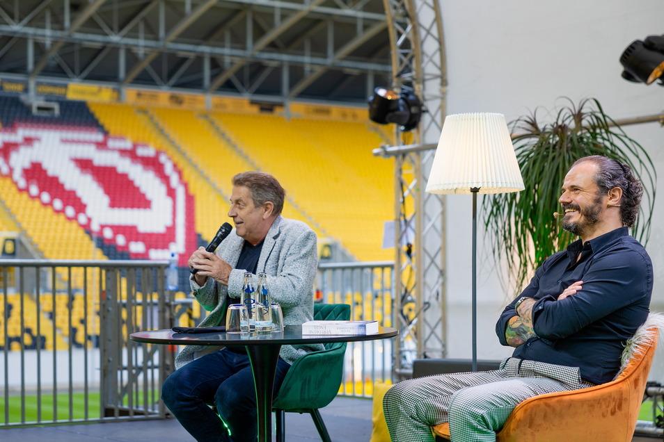 Moderiert wurde die Lesung von: Peter Hauskeller, dem Stadionsprecher von Dynamo (links).
