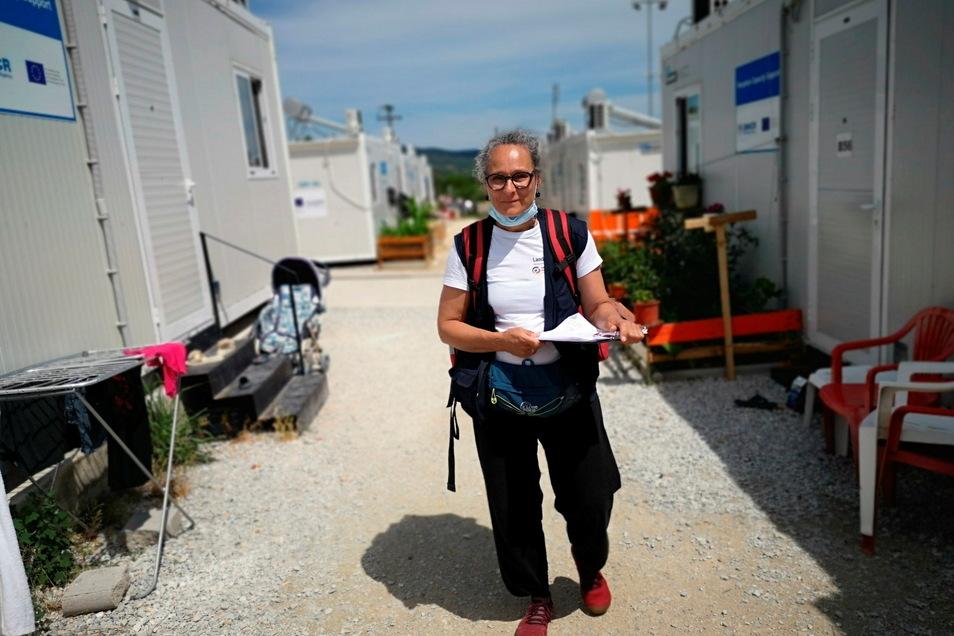 Jeden Tag läuft Sabine Hartmann durch die Containerdörfer und schaut, wo ihre Hilfe benötigt wird.