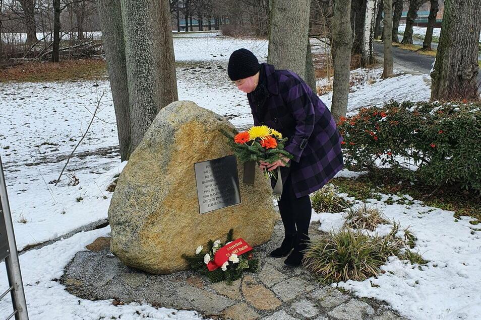 Vertreter des DGB Ostsachsen legten am Gedenktag für alle Opfer des Nationalsozialismus in Bautzen an der Neuschen Promenade Blumen nieder.